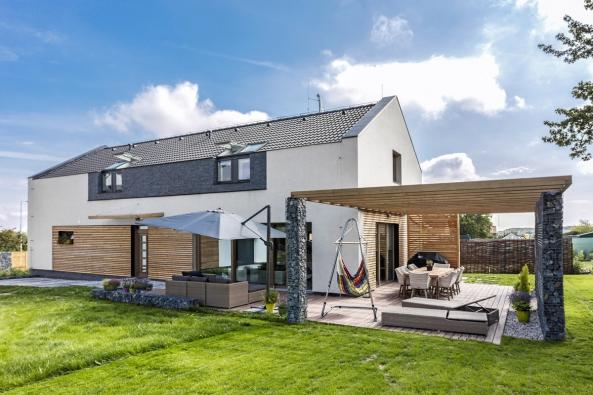Velkoryse pojatý dům si nakreslil anavrhl sám majitel, aikdyž není povoláním architekt, jeho návrh pak posloužil jako podklad pro projekt.