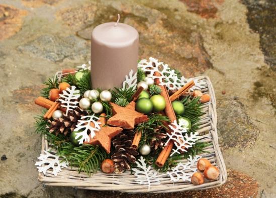 Svícnu zpřírodních materiálů dominuje mohutná svíčka, okolo jsou použity nejrůznější větvičky trvanlivých jehličnanů, dále skořice, skleněné kuličky, přírodní hvězdy ašišky.
