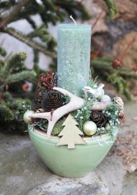 V lesním duchu je zdobena keramická nádoba v šedozelené barvě, k dekorování jsou použity pravé srnčí parůžky, exotické šišky, mech, suché kapradí a stříbrný kovový ptáček.