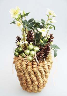 Ozdobný květináč ze skořápek ořechů se vytvoří nalepováním tavnou lepicí pistolí, skořápky se pozlatí sprejem, vloží se květináč shrnkovou čemeřicí, vše se poté dozdobí šiškami askleněnými kuličkami.