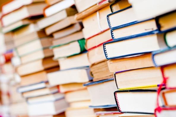 Jakmile skončíte s tříděním a ukládáním oblečení, dejte si den volna a pokračujte s knihami, fotkami, dokumenty a dalšími papírovými záležitostmi. Knihy rozdělte podle žánru a vytřiďte časopisy.