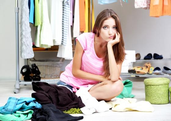 Pokud víte, že se neumíte s věcmi loučit, povolejte k třídění věcí kamarádku, která každý kousek vašeho šatníku zhodnotí kritickým okem.