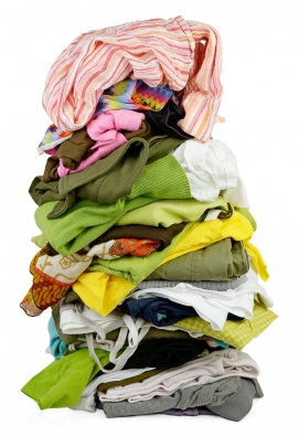 Prvním a důležitým krokem je shromáždit všechno oblečení na jednom místě.