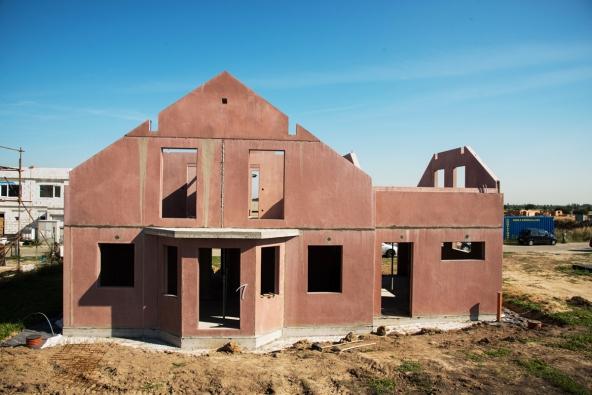 Dokončená hrubá stavba (www.dumjednimtahem.cz)