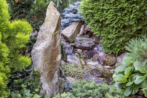 Součástí zahrady jsou dvě jezírka a potok. Důležitý je nejenom pohledový, ale i zvukový vjem vody. Nechybí samozřejmě ani kameny, skalničky a vodní rostliny.