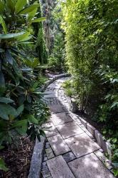 Také zadní část zahrady zvaná Labyrint skýtá celou řadu zajímavých nápaditých prvků a romantických zákoutí určených k relaxaci.