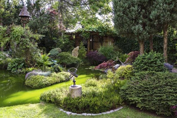 Ústředním motivem zahrady je voda. Láká sem všechno živé a spolehlivě propojuje náhodně vystavené umělecké artefakty a přírodní scenérie plné barev.
