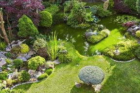 Okrasná zahrada vKladně je příkladem zručnosti acitu svých majitelů. Spojuje kvalitní stavební izahradnickou práci dopodoby snového obrazu romantického malíře.