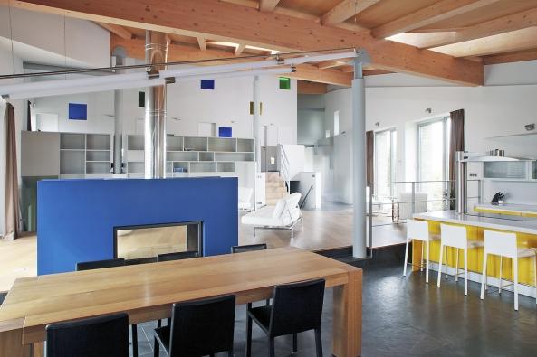 """Obytný prostor vestylu """"všichni spolu"""".  Tomu samozřejmě odpovídá iúčelné rozmístění nábytku vjednotlivých zónách, instalace technických zařízení, materiály, barvy atd."""
