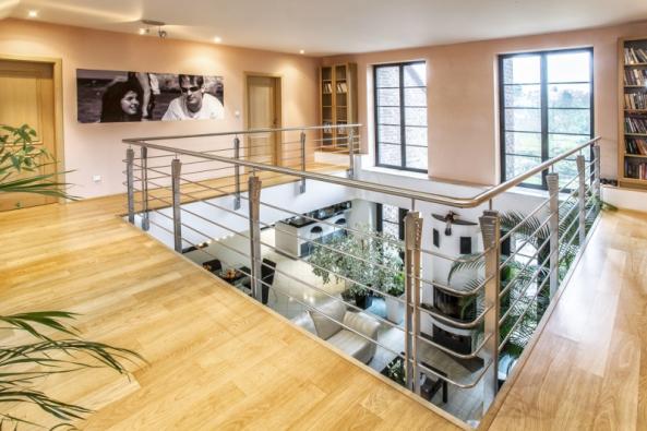 Centrem moderních obydlí se vposledních letech stávají multifunkční otevřené prostory. Projektují se tak novostavby ase stejným záměrem se tvoří ivnitřní dispozice rekonstruovaných domů.