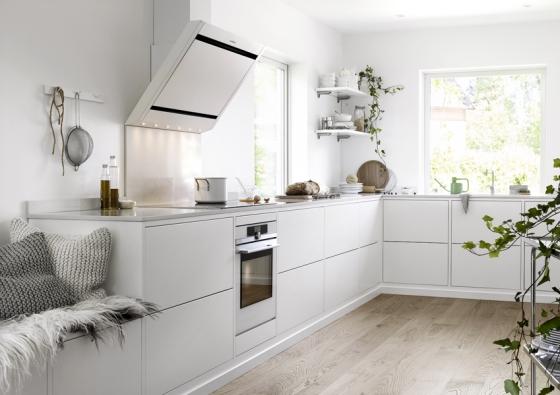 Kuchyňská linka spojená sposezením? Proč ne! Hravě si je můžete zřídit vkuchyni vyrobené namíru ivhotových sestavách odvýrobců, jako je Ballerina Küchen nebo Ballingslöv.