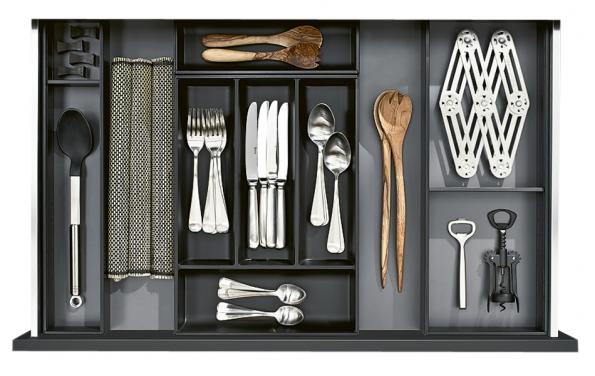 Srámečky systému Ambia-Line vdekoru dřeva dáte obsahu kuchyňského nábytku perfektní řád, Blum, www.blum.cz