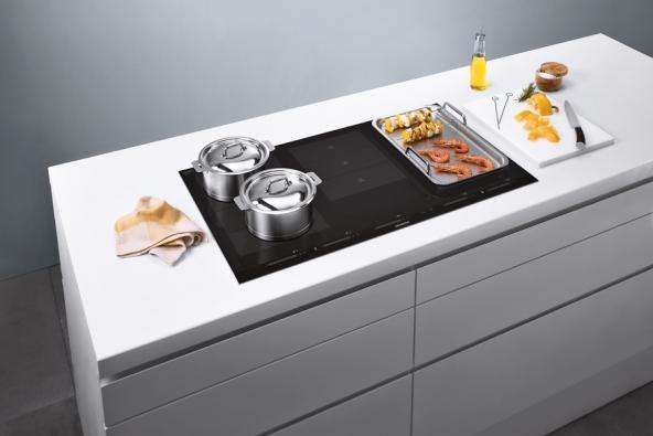 Indukční deska  Se zónou flexIndukce zajišťuje volnost při vaření nezávislém nafixně definovaných varných zónách. Model iQ700 EH975SV17E, Siemens, www.siemens-home.cz