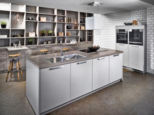 Kombinaci otevřených polic  auzavřených skříněk vprovedení dub Terra nabízí kuchyň San Remo, Bauformat, cena skříněk 87884Kč, www.oresi.cz