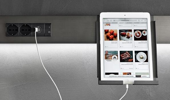 Díky USB portu vpracovní desce kuchyně InDada (Dada) můžete ipři vaření naostrůvku surfovat nainternetu, vyhledávat recepty apřehrávat hudbu, www.dada-kitchens.com