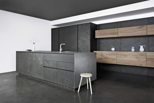 Kuchyňská sestava Vintage Oak má dveře aobklady provedené vkombinaci betonu adubové dýhy, pracovní deska je Unique SilverTouch, Eggersmann, www.sedlakinterier.cz
