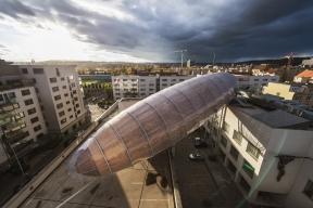 Vzducholoď Gulliver nad centrem DOX (Foto: Jan Slavík, © DOX)