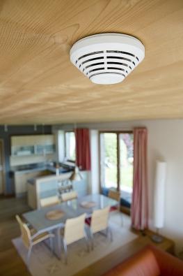 Kombinovaný detektor kouře ateploty slouží kdetekci požárního nebezpečí vinteriérech. Sestává zoptického detektoru kouře ateplotního detektoru. Komunikuje bezdrátově aje napájen bateriemi (JABLOTRON)