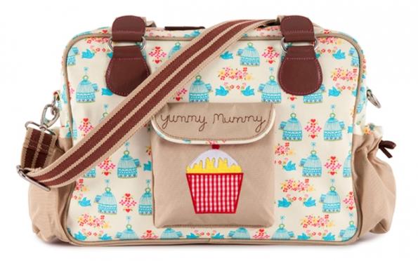 Přebalovací taška Yummy Mummy (Pink Lining) obsahuje podložku napřebalování,vnitřní kapsy naplínky ataštičku naubrousky. www.destskydum.cz