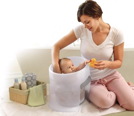 Koupací kyblík Prince Lionheart je ergonomicky tvarovaný anapodobuje dělohu matky. Dodává tak miminku pocit bezpečí alehce vyvýšená zadní část poskytuje oporu pro záda ahlavičku. www.unibabyshop.cz