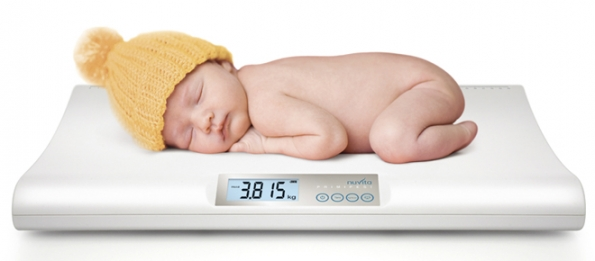 Digitální váha Primilpesi (Nuvita) má funkci dvojího vážení kezjištění množství vypitého mléka afunkci blokování váhy, která umožňuje přesně miminko zvážit, ikdyž se hýbe. www.detatko.eu