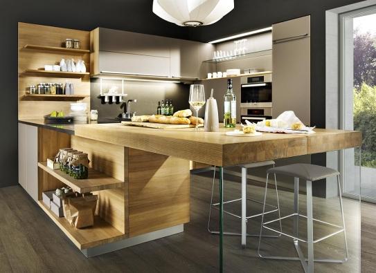 Rakouský výrobce Team 7 používá masivní dřevo vúpravě přír. olejem. Malý bar askříňky zdubu dodají kuchyni zlakovaných MDF desek jasný přírodní výraz.