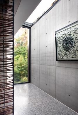 Denní světlo do domu vstupuje také skrze skleněné střešní prvky (využito bylo systému Schüco FW 50+). (Foto: Jasmine van Hevel)