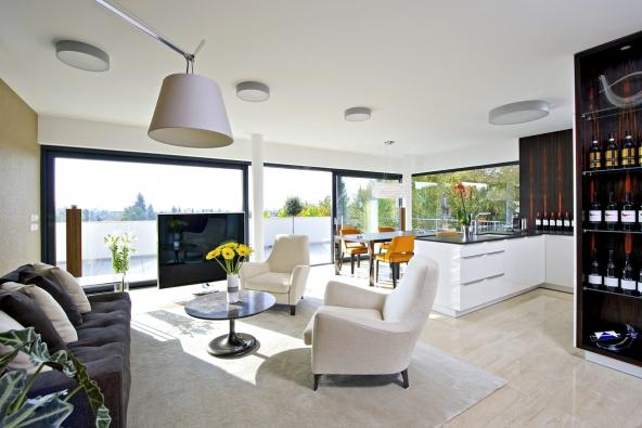 Společná obývací část se třemi funkčními zónami (kuchyň, jídelna, sezení) v jednom prostoru. Všechny využívají krásný výhled do krajiny (návrh ateliér Europrojekta)