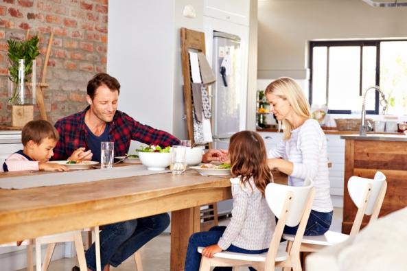 Ačkoli v minulosti tomu tak nabývalo, v projektech novostaveb i rekonstrukcí je už dnes téměř samozřejmostí propojení obytného prostoru s kuchyní.