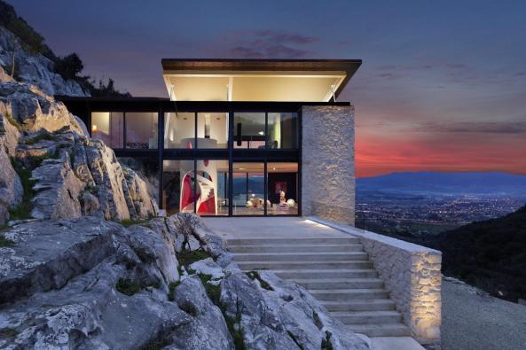Letní dům vToskánsku, který si pro sebe navrhli architekti adesignéři Michel Boucquillon aDonia Maaoui, vyniká citlivou architekturou, ale izcela unikátním technickým řešením zvedací střechy. Proto ho nazvali Casa Farfalla, Motýlí dům.