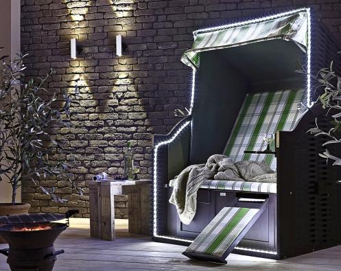 Terasu zdobí stylové posezení zvýrazněné bílými LED pásky YourLED anástěnná hliníková svítidla Special Line LED (PAULMANN)