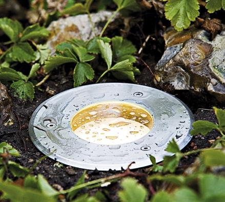 Bezpečnostním idesignovým prvkem pro zahradu je speciální pojezdové svítidlo snosností až 2000kg (PAULMANN)
