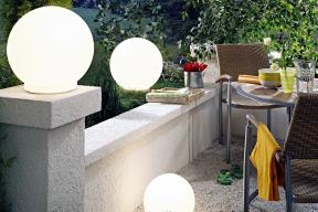 Oblíbená trojkombinace venkovních svítidel Lua bílá se hodí naterasu idovnitř zahrady (WOFI)