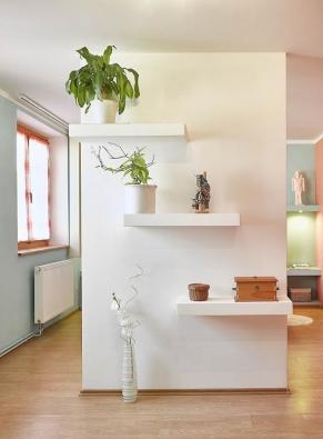 Konstrukční desky ze sádrokartonu se osvědčily nejen vdělicích příčkách, nastropech nebo vpodlahách, ale – jak vidno nazcela konkrétním případě rodinného domu vProstějově – také při tvorbě nábytkových sestav. (Zdroj: Rigips)