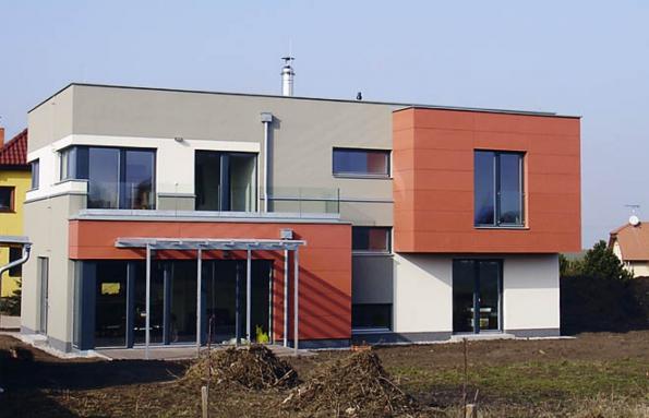 Vila splochou střechou vnové zástavbě veVeleni uBrandýsa nad Labem. Snad se jednou sžije se svým značně roztříštěným okolím. Spoléhám namilosrdnou zeleň.