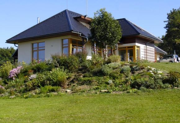 Solitérní dům vevolné krajině vÚnicích uStrakonic se přimyká kterénu, jak to jen jde.