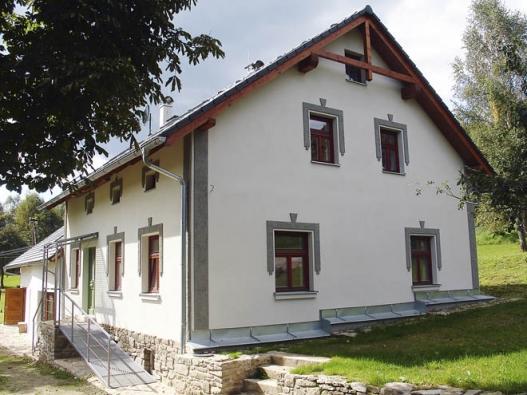 Rekonstrukce chalupy vBohdašicích uKašperských Hor. Chalupa byla uvnitř výrazně přebourána, vznikly nové výškové úrovně, vně si ovšem plně zachovává svůj původní půvab.