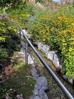 Vpřírodních zahradách voda udržuje zdravé mikroklima aláká ksobě všechno živé. Přirozený smysl má izadržování vody vkrajině ahospodaření sdešťovou vodou.