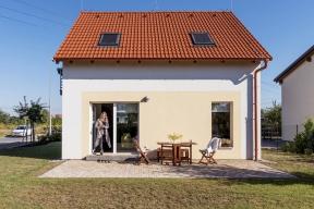 Prosklené plochy jsou na fasádě rovnoměrně rozvrženy a mají optimální velikost, aby měl interiér hodně slunce, ale nepřehříval se.