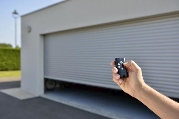 Dálkový ovládač Keytis 4 Home pro ovládání až 4zařízení io-homecontrol® stlačítkem pro zavření celého domu azpětným hlášením. Pohodlí abezpečí dokapsy (SOMFY)