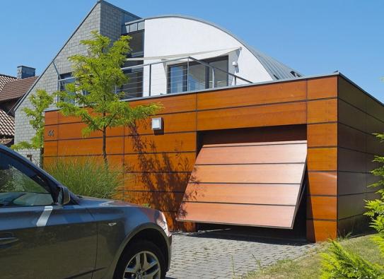 Garážová vrata se dají výrazně zviditelnit anebo přesně naopak. Třeba exkluzivním obložením panely, dokonale lícujícími splochou garážové fasády. Příkladem jsou výklopná vrata Berry (HÖRMANN)