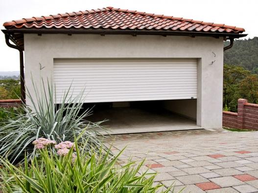 Rolovací garážová vrata konstrukčním řešením umožňují maximální využití prostoru garáže bez nároku navětší stavební úpravy (MINIROL)