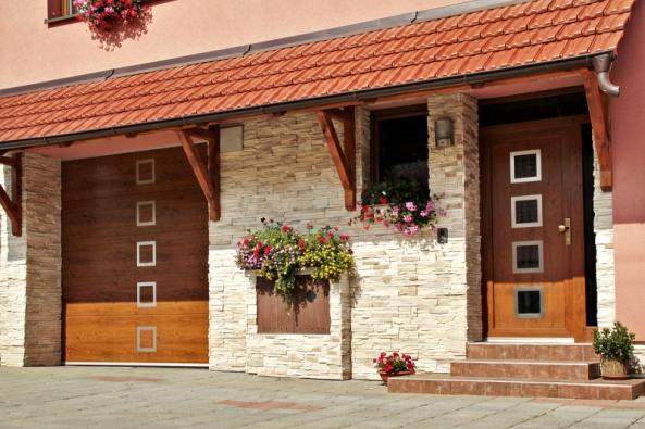 Dokonalé vizuální ztvárnění architektonického vzhledu domovní fasády lze docílit imontáží garážových vrat avstupních dveří vjednotném stylu. Společnost Lomax nabízí obojí...
