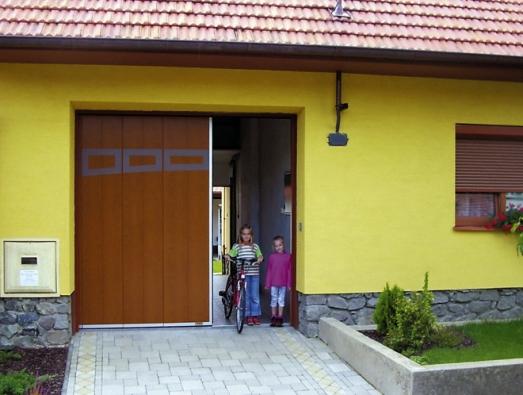 Posuvná garážová vrata Lomax Praktik (zajíždějí doboku) smožností částečného otevření asnadného průchodu osob.