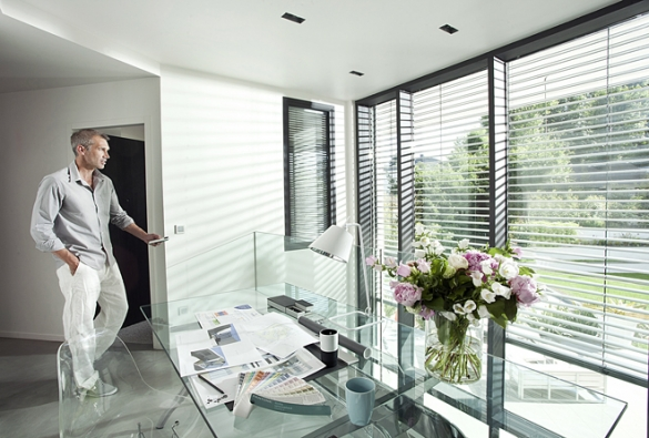 Teprve smotorovým pohonem adálkovým ovládáním se interiérové zastínění stane běžnou apoužívanou součástí vybavení vašeho domu nebo bytu. Umožní vám totiž maximální pohodlí (SOMFY)