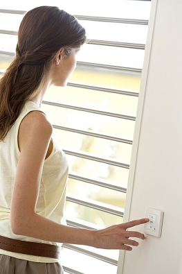Jediným stiskem tlačítka můžete bez námahy interiérové zastínění spustit, vytáhnout nebo nastavit do mezipolohy (SOMFY)