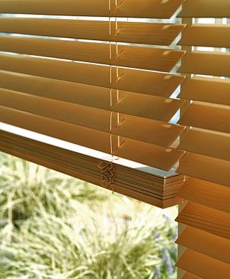 Vkusné dřevěné žaluzie vdechnou interiéru nezaměnitelnou aútulnou atmosféru. Výběr zpestré nabídky jedinečných textur, inspirativních barev, přírodních materiálů azdobných textilií je velmi široký (LUXAFLEX)