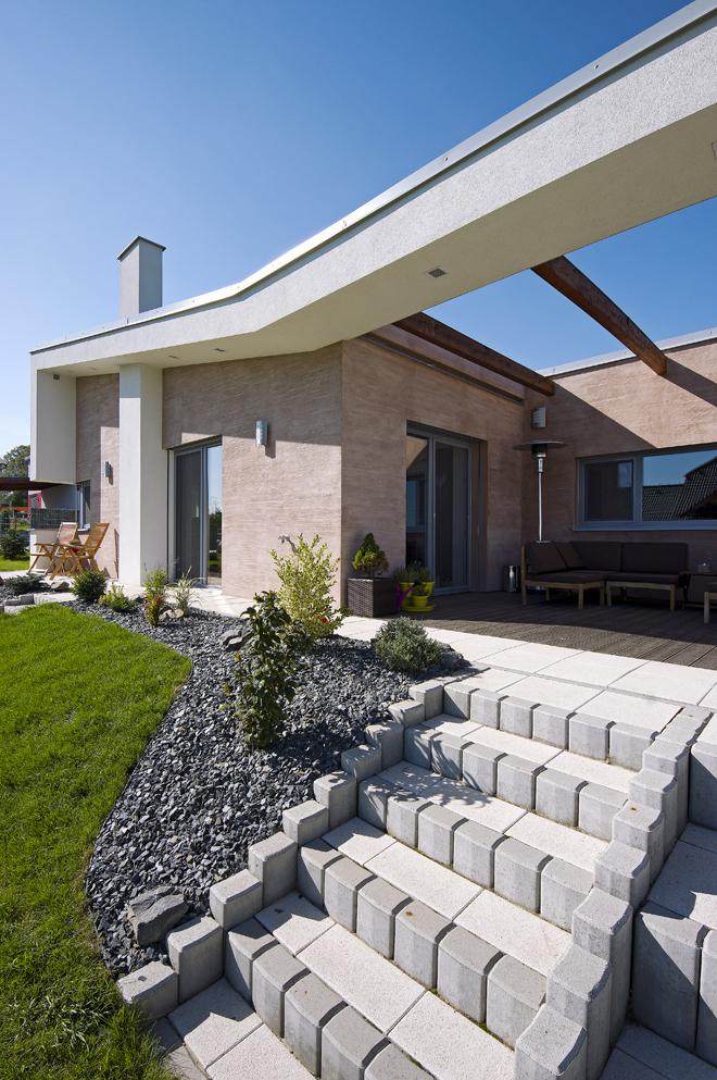 Obytné místnosti jsou orientovány především jižním směrem do zahrady a na obytnou terasu.