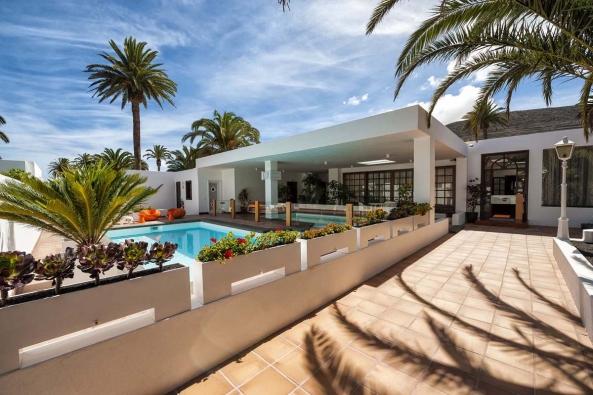 K domu v Údolí tisíce palem se připojuje velká terasa s bazénem a fontánkou. (Casa-Museo César Manrique Haría, Fotógrafo: Raúl Mateos, © Fundación César Manrique)