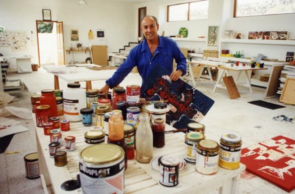 Prostorný ateliér dodnes zůstává v nedotčeném stavu. (César Manrique en el taller de su casa de Haría, c.1990, © Fundación César Manrique)